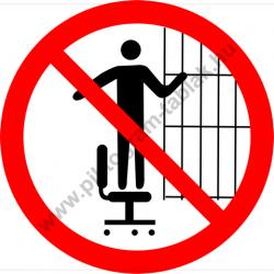 Görgős lábú székre felmászni tilos tiltó piktogram matrica